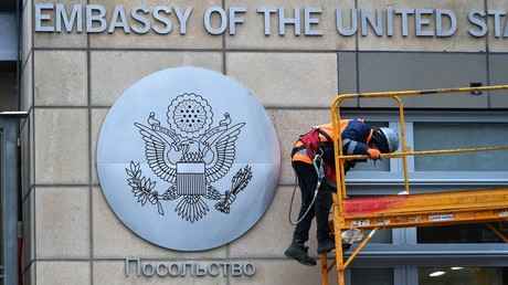 A worker near the building of the US Consulate in Moscow © Maksim Blinov