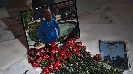 Thousands pay last respects to Russian hero Su-25 pilot downed in Syria (VIDEO)
