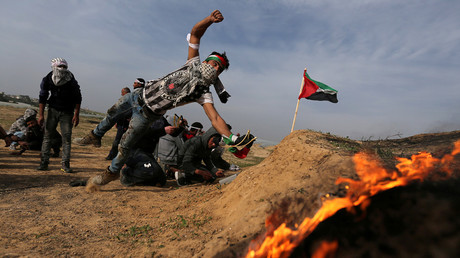 A Palestinian demonstrator reacts during clashes with Israeli troops, near the border with Israel in the southern Gaza Strip February 9, 2018. © Ibraheem Abu Mustafa