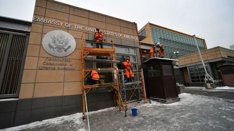Workers by the building of the US Embassy in Moscow located at 9 Devyatinsky Lane © Maksim Blinov