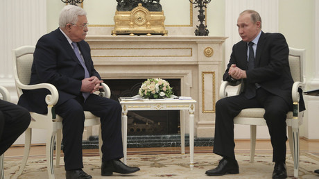 Russian President Vladimir Putin (R) meets with Palestinian President Mahmoud Abbas at the Kremlin in Moscow, Russia February 12, 201 © Maxim Shipenkov