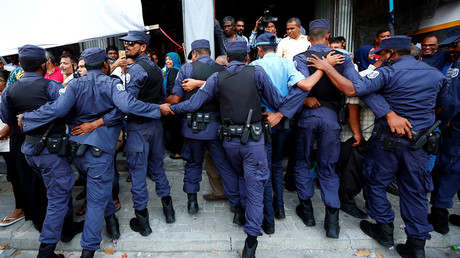 Maldivian Police officers push back protesting opposition supporters near the main opposition Maldives Democratic Party (MDP) headquarters. © Stringer
