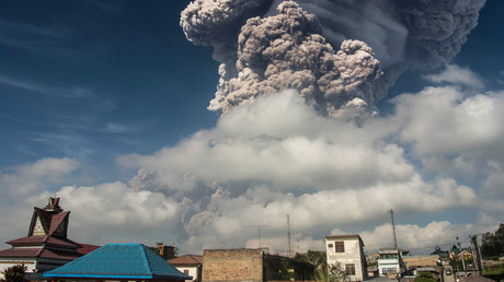 Volcano spews towering ash cloud into air above Sumatra (VIDEO, PHOTOS)