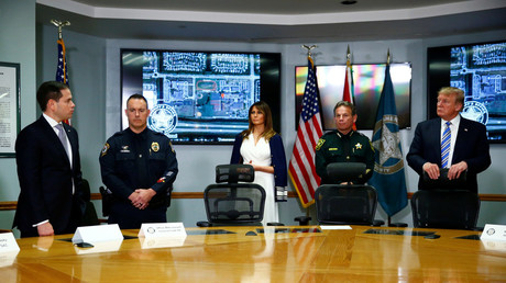FILE PHOTO: US Sen. Marco Rubio, Officer Mike Leonard, First Lady Melania Trump, and US President Donald Trump at the Broward County Sheriff's Office. February 16, 2018. © Eric Thayer