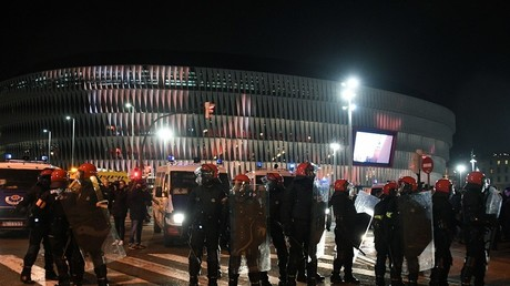 Enraged soccer fans torch bins, clash with police in Greece (VIDEO)