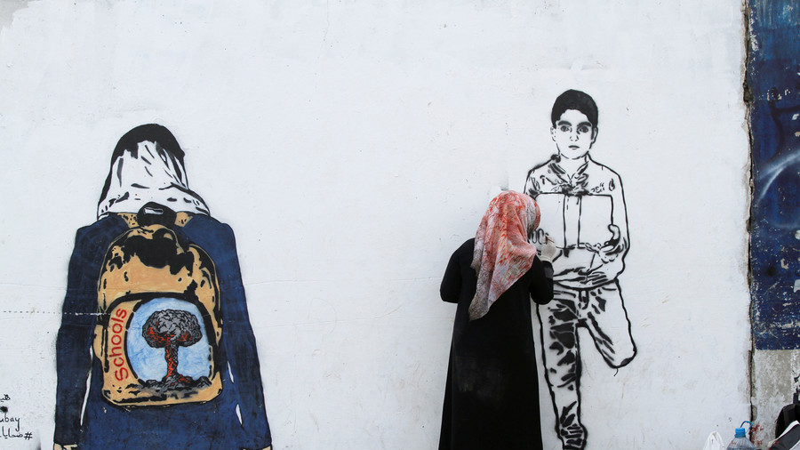 'Silent victims': Yemeni street artist paints boy holding own leg (VIDEO)