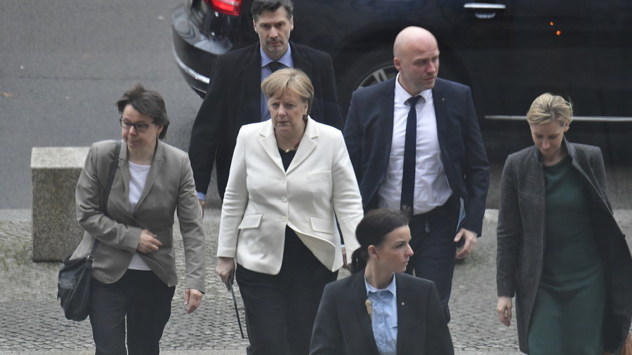 Man 'shouting in foreign language' lunges at Merkel in street as she leaves Bundestag (VIDEO)