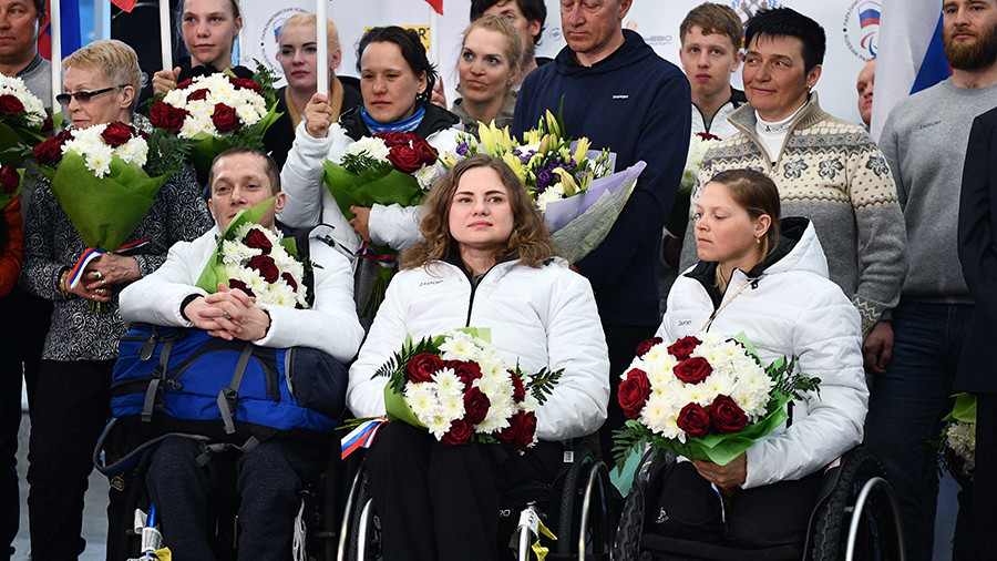 Hundreds of fans greet Russian Paralympians at Moscow airport