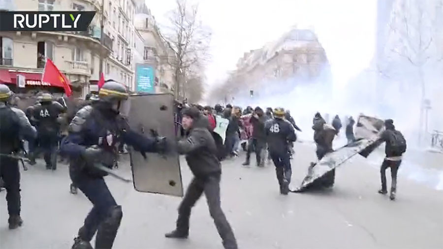 Clashes with police in Paris during rally against Macron's public-sector reforms (VIDEOS)