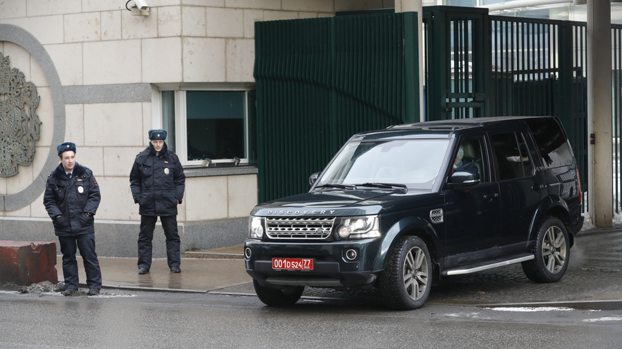 Convoy departs British Embassy in Moscow ahead of diplomat expulsion deadline (VIDEO)