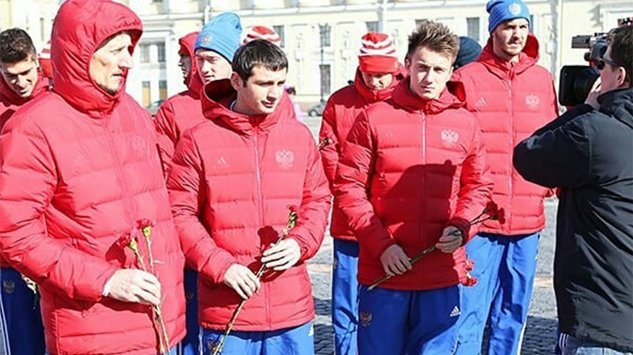 Russia's footballers lay flowers in memory of tragic Kemerovo blaze victims (VIDEO)