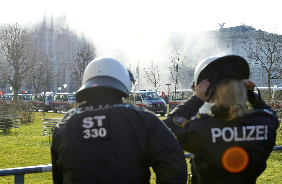 Police officer attacked outside Austrian parliament