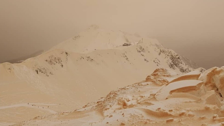 Like on Mars: African dust & sand turn Sochi snow slopes yellow (PHOTOS, VIDEO)
