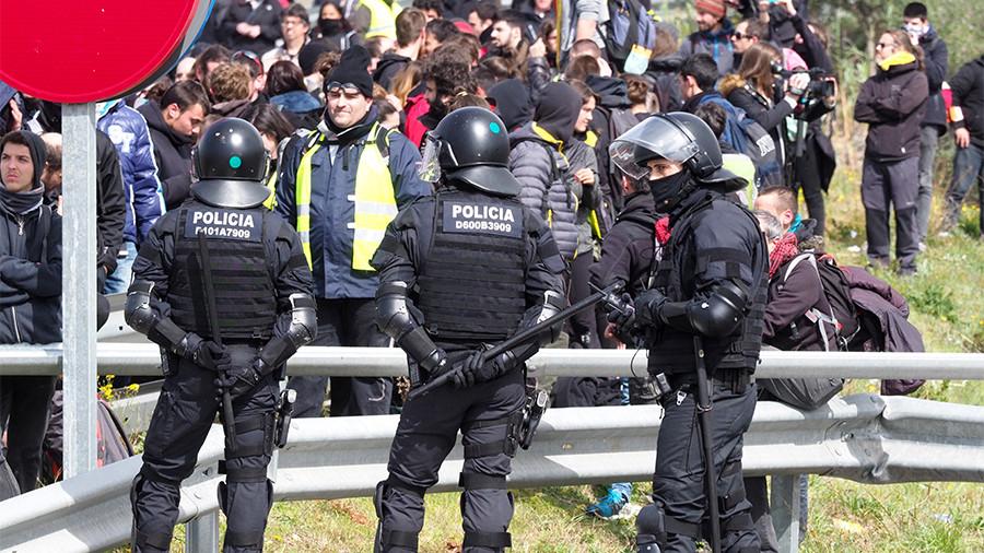 Riot police crack down on Catalan demonstrators blocking roadways over Puigdemont's arrest (VIDEOS)