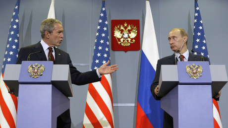 FILE PHOTO: Former U.S. President George W. Bush and Russian President Vladimir Putin  © Grigory Dukor