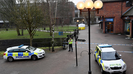 Police officers stand at crime scene tape, as a tent covers a park bench on which former Russian inteligence officer Sergei Skripal, and a woman were found unconscious after they had been exposed to an unknown substance, in Salisbury, Britain, March 6, 2018 © Toby Melville