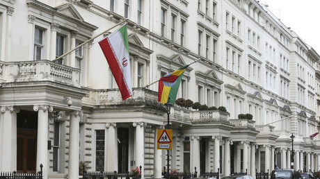 The Iranian national flag flies outside the Iranian embassy in central London. © Paul Hackett / Reuters