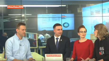 Aleksey Navalny (left) in talks with Ksenia Sobchak (right) source: Aleksey Navalny's Youtube channel