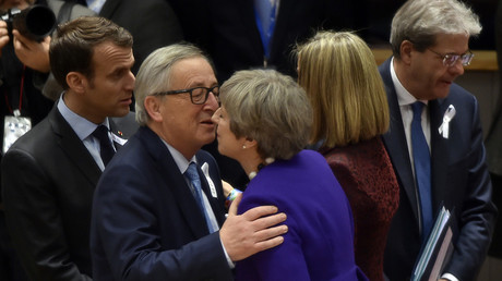 EU Commission President Jean-Claude Juncker (2nd L) welcomes British Prime Minister Theresa May (R) during a European Union leaders summit in Brussels, on March 22, 2018. © Eric Vidal