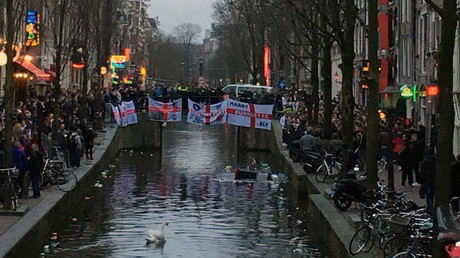 England football fans pelt passersby with beer and cans in Amsterdam (VIDEO)