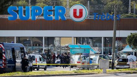 A general view shows gendarmes and police officers at a supermarket after a hostage situation in Trebes, France, March 23, 2018 © Regis Duvignau