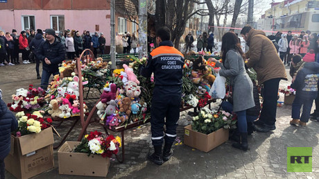 Official kneels before mourning crowd, begs forgiveness for deadly Kemerovo fire