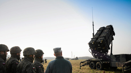 FILE PHOTO: Polish and US soldiers look at a Patriot missile defence battery during join exercises at the military grouds in Sochaczew, near Warsaw, March 21, 2015. ©  Agencja Gazeta