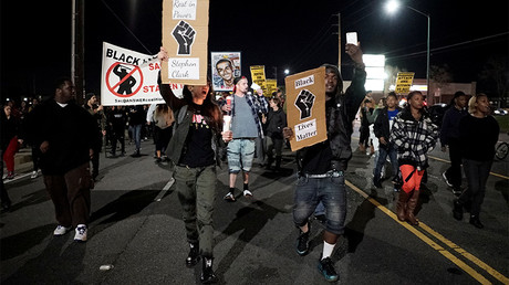 FILE PHOTO: Demonstrators march to protest the police shooting of Stephon Clark, in Sacramento © Bob Strong