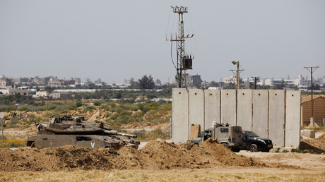 An Israeli tank next to the border fence between Israel and the Gaza Strip, March 18, 2018. © Amir Cohen