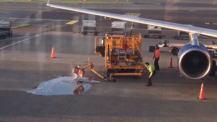 Airport workers oblivious as fuel spills onto runway  (VIDEOS)
