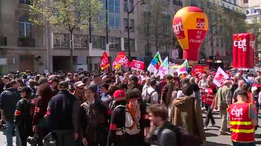 Protestos em todo o país na França como pesquisa revelam quase 60% de desaprovação de Macron (WATCH LIVE)