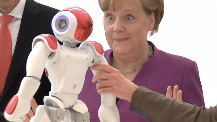 Merkel gets goofy while toying with robot at German Chancellery (VIDEO)