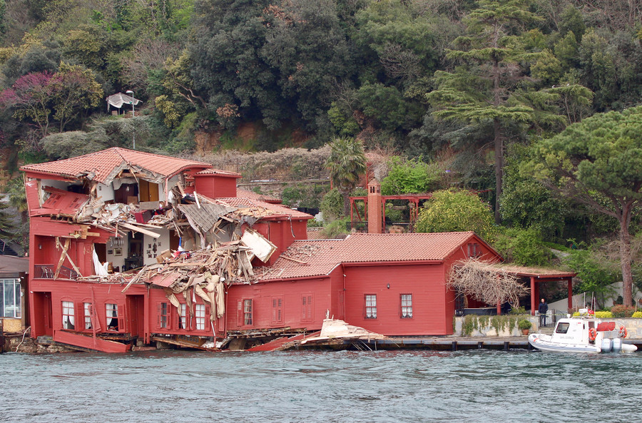 House call: Faulty tanker crashes into 18th century waterfront mansion (VIDEOS)