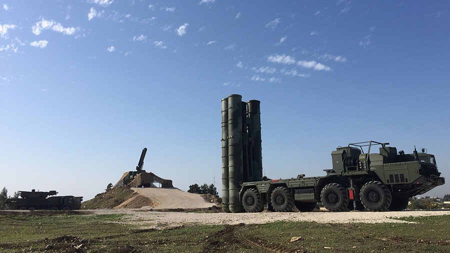 An S-400 air defence missile system is deployed for a combat duty at the Hmeymim airbase. © Dmitriy Vinogradov / Sputnik