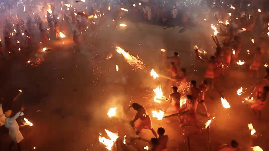 Indian devotees honor Hindu deity with spectacular fire-throwing fight (VIDEO)