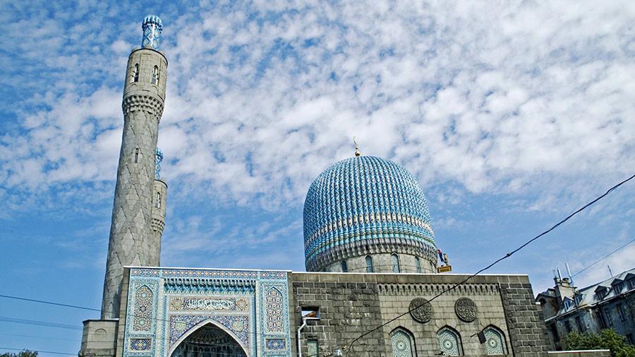 Blasphemy or harmless fun? Thrill-seeking dental worker posts photo atop St. Petersburg mosque