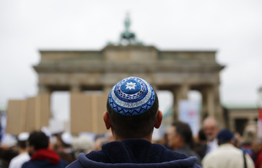Free kippahs handed out across Berlin in protest against anti-Semitism (VIDEO)