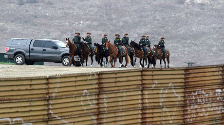 Members of the US border patrol behind the current border fence between Mexico and the US, March 13, 2018. © Jorge Duenes