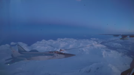 Pit stop at 23,000ft: MiG-31 performs nighttime mid-air refueling (VIDEO)