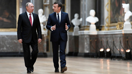 Emmanuel Macron (R) speaks to Vladimir Putin in the Galerie des Batailles in Versailles, France, May 29, 2017.  © Stephane De Sakutin