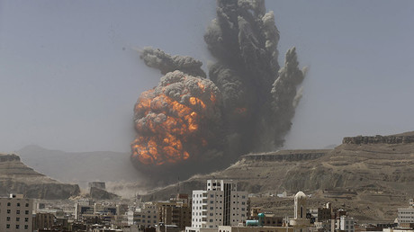Smoke rises during a Saudi air strike in Yemen © Khaled Abdullah