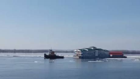Russian restaurant with visitors swept away down Volga River by giant ice sheets (VIDEO)