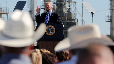 FILE PHOTO: US President Donald Trump at the Andeavor Refinery in Mandan, North Dakota, US  © Jonathan Ernst
