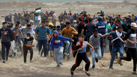 Palestinians run during clashes with Israeli troops, April 20 © Mohammed Salem