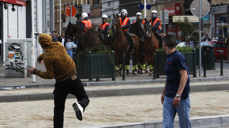 Belgian TV crew pelted with rocks in Brussels suburb (VIDEO)