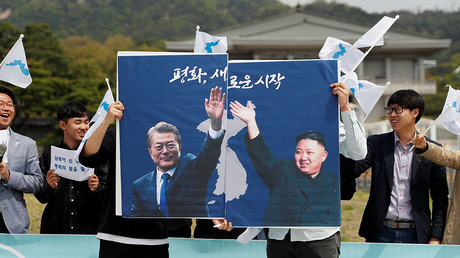 tudents hold posters with pictures of South Korea's President Moon Jae-in and North Korea's leader Kim Jong Un during a pro-unification rally ahead of the upcoming summit between North and South Korea in Seoul, South Korea April 26, 2018 © Jorge Silva