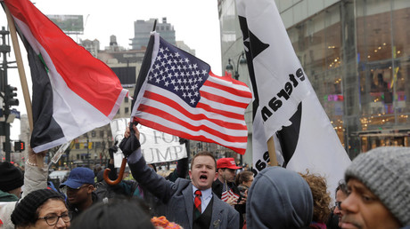 Pro-Trump demonstrators stand off across from a group of anti-war demonstrators taking part in a protest in New York City, U.S., April 15, 2018. © Lucas Jackson
