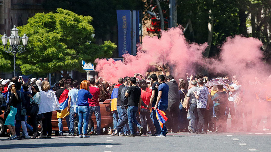 Armenian protesters block traffic, railways & airport as protest leader loses PM bid