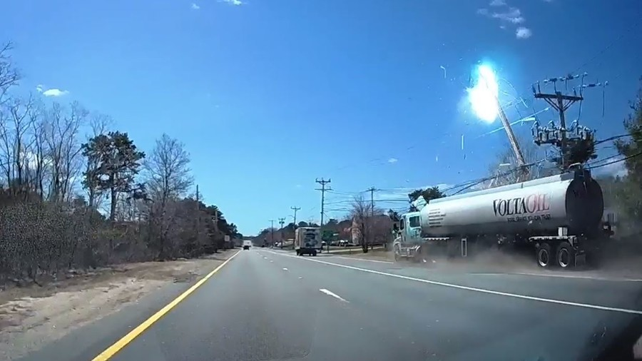 Fuel tanker hits power lines: Sparks fly in dramatic crash (VIDEO)