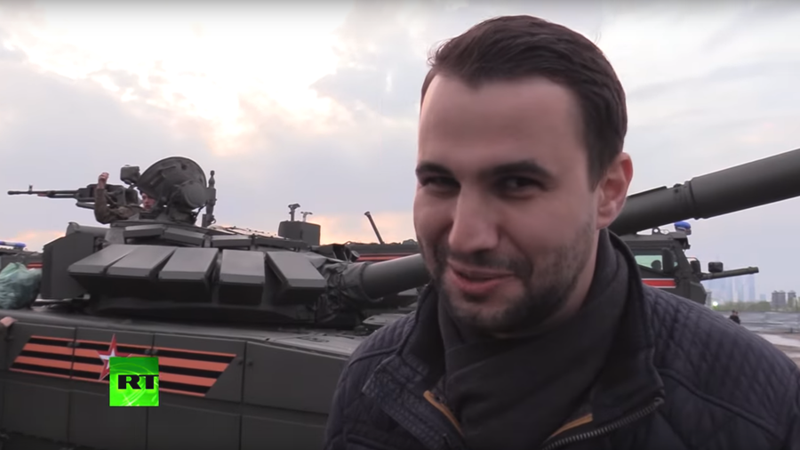 RT correspondent tries to 'hijack' tank during V-Day parade rehearsals (VIDEO)